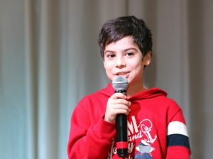Jeune garçon parlant au micro
